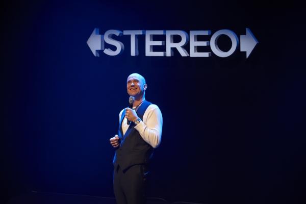 """SUKSESS: Dagfinn Lyngbø overrasker med sine musikalske ferdigheter i """"Stereo"""". Spilles i Kilden fredag og lørdag. Foto: John Andresen/Pressefoto)."""