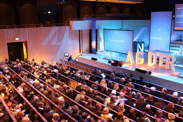 Studenter fra UiA på scenen under Agderkonferansen 2014