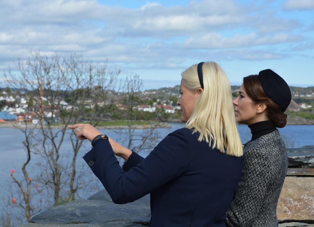 Kronprinsesse Mette-Marit viser utsikten fra Odderøya