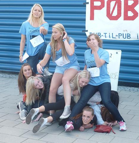 Fadderar reklamerer for Pubræs ved studiestart 2012. Artikkelforfattaren er ikkje heilt fornøgd med norske alkoholprisar. (Foto: Mario Klohn)