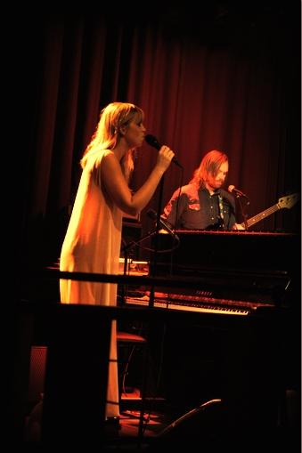 VART OG VARMT: Ingrid Olava kan kunsten å formidle. Samspillet med bandet fungerte også godt. (Foto: Marit Grimsrud)