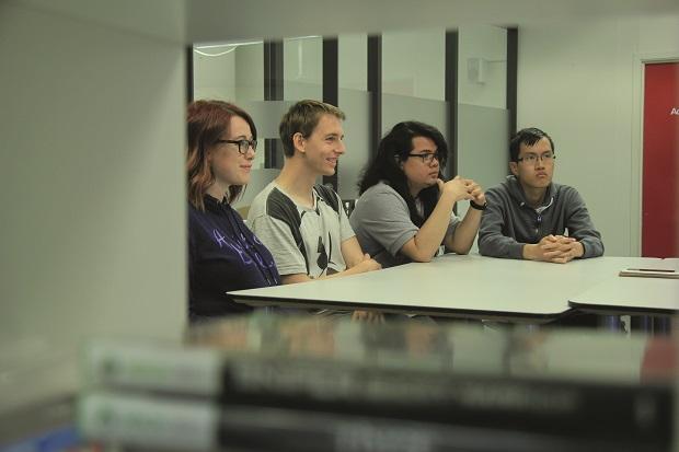 utviklerstudenter-blir-intervjua-liten