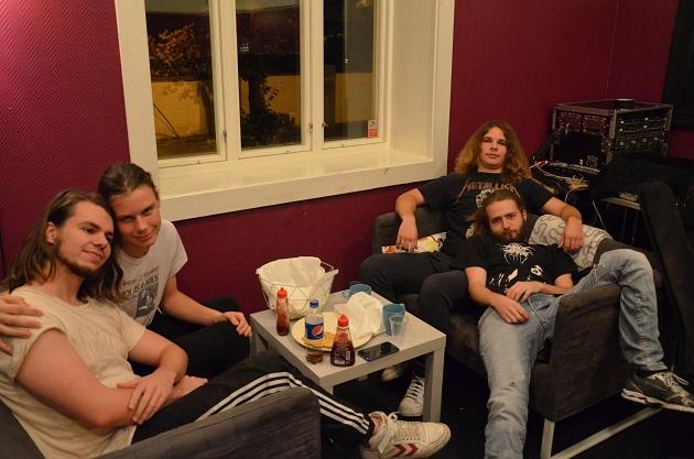vorbid-avslappet-i-sofa-nett
