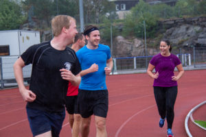 UiA-studenter løper på stadion