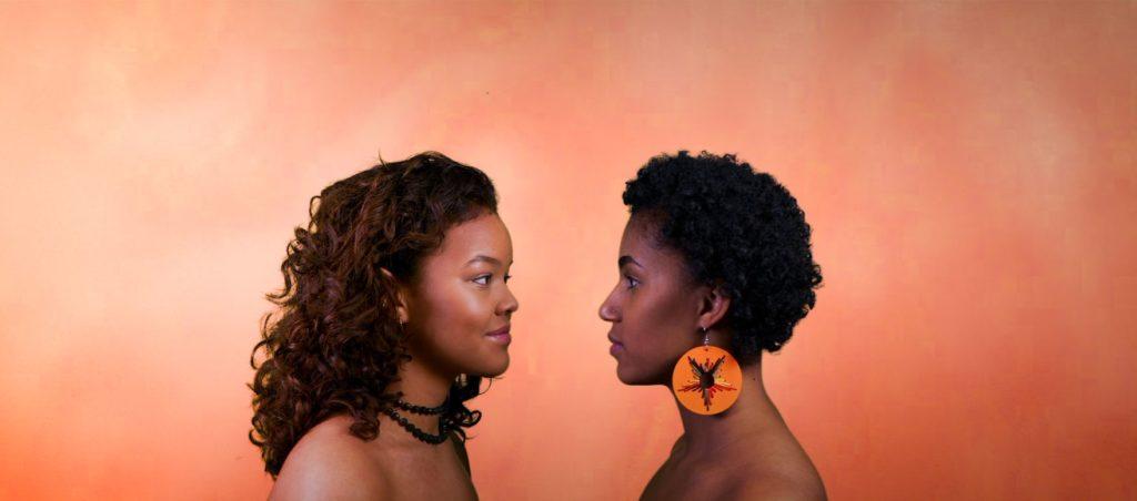 Obah Aanonsen og Jenny Ayunda kikker på hverandre
