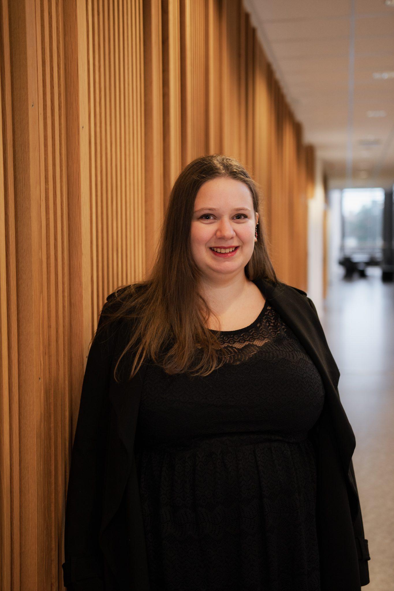 Eline Øverbø foran en trevegg